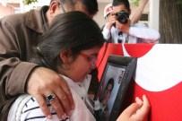 10 Yaşındaki Şehit Kızı Babasının Önce Fotoğrafını Öptü Sonra Tabutuna Sarılıp Gözyaşı Döktü
