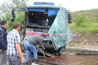 CEZAEVİ ARACI - Cezaevi Aracı Kaza Yaptı Açıklaması 4'Ü Asker 10 Yaralı