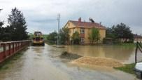 MAHSUR KALDI - Devrekani'de Şiddetli Yağış Hayatı Olumsuz Etkiledi