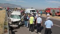 İLK YARDIM - Ticari araç refüjde çalışan işçilere çarptı: 3 ölü, 2 yaralı
