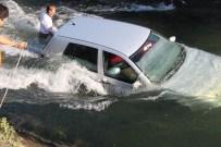 MAHSUR KALDI - Eşinin kaza yaptığını duyunca suya atladı!