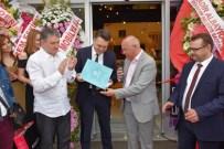 MOBİLYA MAĞAZASI - Başkan Eşkinat Yeni Açılan Mağazanın Ruhsatını Teslim Etti