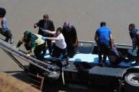 FERHAT BURAKGAZI - Amasya'da Minibüs Köprüden Irmağa Uçtu Açıklaması 14 Yaralı