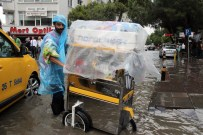 YAĞIŞ UYARISI - İzmir'de Yağmur Hayatı Felç Etti
