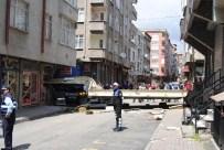 DOĞALGAZ BORUSU - Esenler'de Freni Boşalan Tır Binaya Girdi