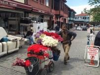 MUZAFFER ASLAN - Bebek Arabasından Çiçek Tezgahı Yaptı