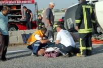 İBRAHIM ÇIÇEK - Minibüs İle Otomobil Çarpıştı Açıklaması 1 Ölü, 5 Yaralı