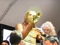 İZMIRSPOR - Saldırıya uğrayan çıplak heykel yeniden dikildi