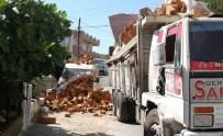 Milas'ta Tuğlalar Minibüsün Üzerine Devrildi