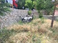 EHLİYETSİZ SÜRÜCÜ - Otomobil İstinat Duvarından Uçtu Açıklaması 1 Yaralı