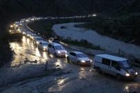 ÇANAKLı - Hakkari'de Sel Suları Yolu Ulaşıma Kapattı