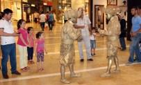 CANLI HEYKEL - Piazza Ziyaretçilerini Canlı Heykeller İle Karşılıyor