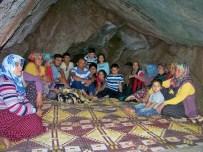 Sıcaktan Bunalan Vatandaşlar Mağarada Serinliyor