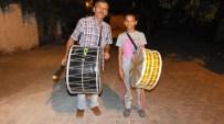 Burhaniye'de Baba Kız Ramazan Davulculuğu Yapıyor