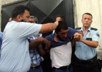 MEYDAN DAYAĞI - Yankesicileri Linçten Polis Kurtardı