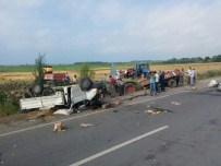 HÜSEYIN DEMIR - Kamyonet Pikap Park Halindeki Traktöre Çarptı Açıklaması 1 Yaralı