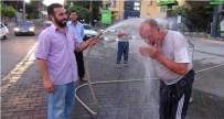 YÜZ FELCİ - Sıcaktan Bunalan Vatandaş Hortumla Islatılarak Serinledi