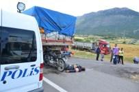 Tır'a Çarpan Motosiklet Sürücüsü Hayatını Kaybetti