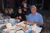 ERSIN EMIROĞLU - İzmitliler, Belediye Önündeki İftarda Bir Araya Geldi