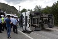 YOLCU MİDİBÜSÜ - Midibüs Yan Yattı Açıklaması 19 Yaralı