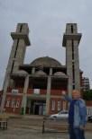 Mimarisi Nedeniyle Kiliseye Benzetilen Camiye Yardım Toplayamayınca Çareyi Cami İnşaatını Diyanet'e Devretmekte Buldular