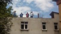 BAZ İSTASYONU - Telefon Görüşmesi İçin Çatıya Çıkıyorlar