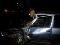 ŞERİT İHLALİ - Antalya'da Trafik Kazası Açıklaması 1 Ölü, 1 Yaralı