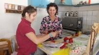 Köy Kahvesinin İşletmecisi De, Garsonu Da Kadın