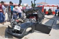 SERVİS OTOBÜSÜ - Otobüsle Çarpışan Otomobil Hurdaya Döndü