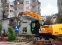 İŞ MAKİNASI - Serdar'daki Harabe Yapı Yıkıldı