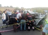 İZMIR ADLI TıP KURUMU - Otomobil İle Kamyonet Kafa Kafaya Çarpıştı Açıklaması 3 Ölü, 2 Yaralı