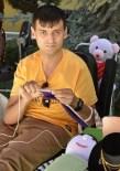 YÜRÜME ENGELLİ - Yürüme Engelli Samet Ördüğü Ürünleri Satarak Annesine Yardımcı Oluyor