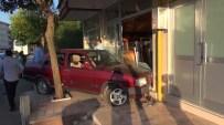 Kocaeli'de Kontrolden Çıkan Otomobil İş Yerine Girdi