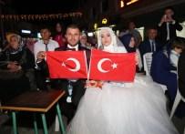 AYRANCıLAR - Yeni Evlenen Çift Gelinlik Ve Damatlığıyla Demokrasi Nöbetinde