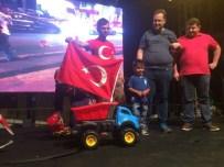 FENOMEN - Oyuncağına Türk Bayrağı Asarak Demokrasi Konvoyuna Katılan Minik Enes Ödüllendirildi