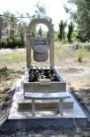 ÇOLAKLı - Şapkasız Çıkmayan Kocasının Mezar Taşını Şapka Şeklinde Yaptırdı