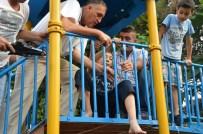 YENI CAMI - Bacağı Parktaki Demir Korkuluklara Sıkışan Çocuğu İtfaiye Kurtardı