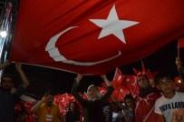 İLAHİYATÇI - Diyarbakır'daki Demokrasi Nöbeti Coşkuyla Devam Ediyor