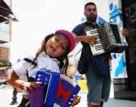 SEMPATIK - 5 Yaşındaki Kız Çocuğu Bayram Harçlığını Akordeon Çalarak Topladı