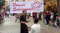 EVLİLİK TEKLİFİ - Sokak Ortasında Konfetili Evlilik Teklifine Temizlik Cezası