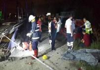 TIR'a Çarpan Otomobil Parçalandı Açıklaması 4 Ölü 1 Yaralı