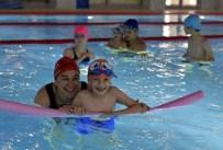 ENGELLİ ÇOCUK - Muratpaşa'dan Engelli Bireyle Yüzme Dersi