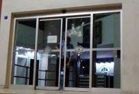 ALKOL MUAYENESİ - İşten Çıkartılan Temizlik İşçisi Belediyenin Camlarını Taşladı