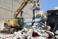 BELEDİYE ENCÜMENİ - Akdeniz Belediyesi, Metruk Binaların Yıkımını Sürdürüyor
