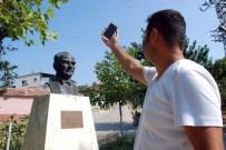 BAZ İSTASYONU - Bu Mahallede Herkes Atatürk Büstüne Akın Ediyor