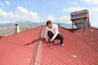 TOPRAK KAYMASI - Delinen Çatılarını Bantlarla Onarmaya Çalıştılar