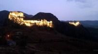 KOMMAGENE - Eski Kahta Kalesi Geceleri Göz Kamaştırıyor