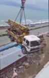 Beton Pompası İstenilen Yüksekliğe Ulaşamayınca, Devasa Pompayı Vinçle Çatıya Taşıdılar