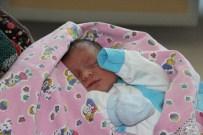KAHVEHANE - Bebeğine Şehit Ömer Halisdemir'in İsmini Verdi