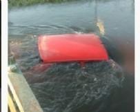 BALıKESIR BELEDIYESI - Balıkesir'de ilginç kaza! Araç su kanalına uçtu